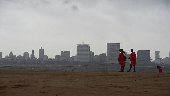 熱帶氣旋「瓦尤」即將登陸,印度西部30萬人緊急疏散