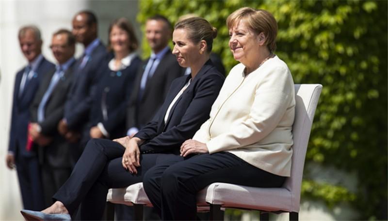 默念「四字經」后又坐著迎外賓:人們開始操心默克爾的健康和新總理